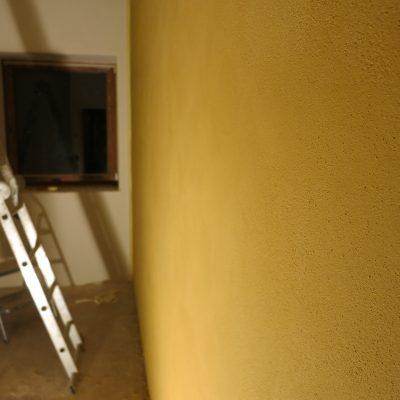 Geltonas tinkas su marmuru