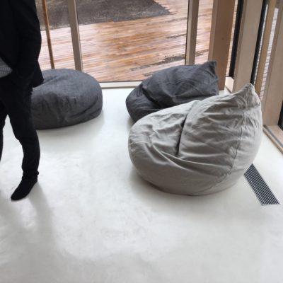 Juodos kojinės, baltos grindys